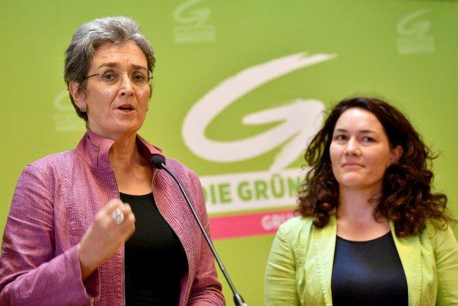 (v.l.) EU-Mandatarin Ulrike Lunacek, Tiroler LHStv. und stellvertretende Bundesvorsitzende Ingrid Felipe übernehmen