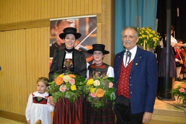Emilia, Bianca und Verena mit Eugen Burtscher vom Landestrachtenverband