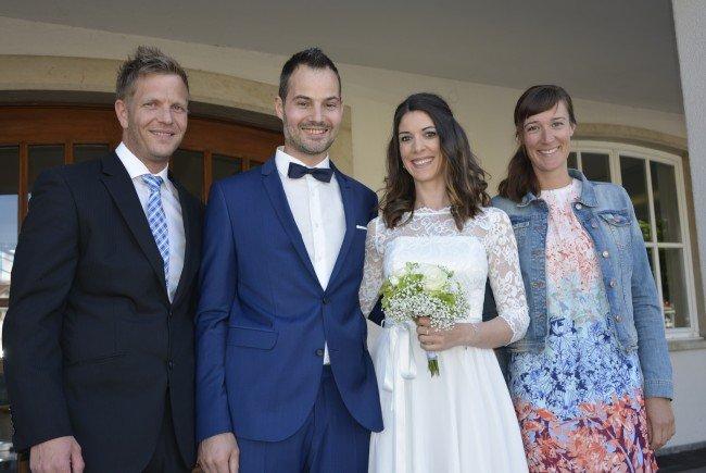 Das Brautpaar, frisch vermählt, mit den Trauzeugen beim Standesamt Dornbirn.