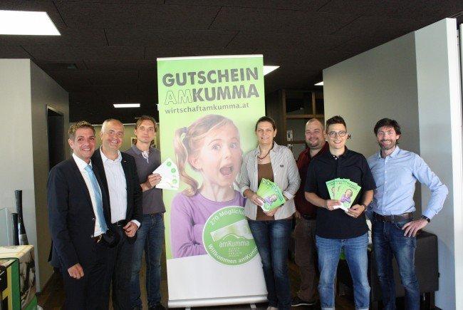 Günter Ender, Manfred Böhmwalder, Robert Brotzge, Gabriele Längle, Ralf Loacker, Martin Berchtold und Arno Riedmann von der Wirtschaft am Kumma mit den neuen Werbemitteln.