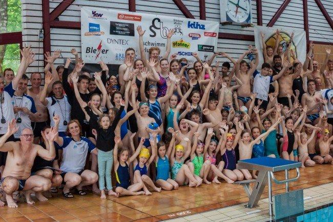 Begeisterte Schwimmerinnen und Schwimmer im Bregenzer Hallenbad