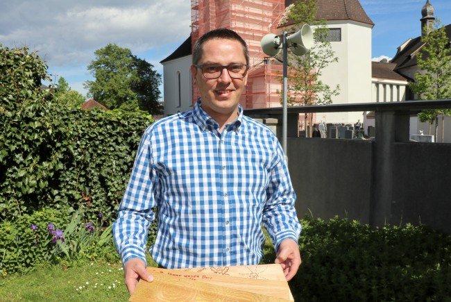 Pfarrer Ronald Stefani mit Dachschindeln: Spender eines Bausteins können sich mit persönlicher Gestaltung darauf verewigen.