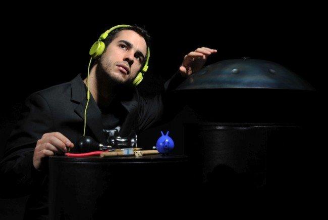 Manu Delago spielt in der Karlskirche auf.