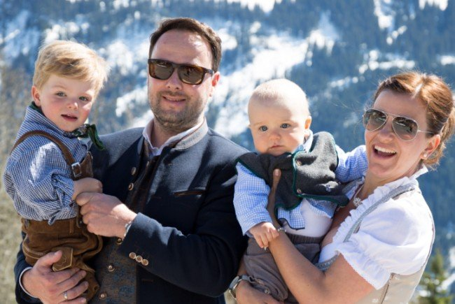 Julia und Paul Einsiedler ließen iheren dritten Sohn Josef von Pfarrer Eberhard Amann taufen.