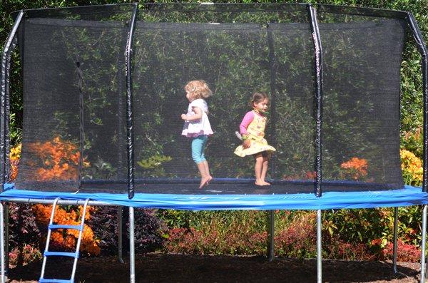 Das Trampolin muss rundum mit einem Fangnetz in ausreichender Höhe bestückt sein.