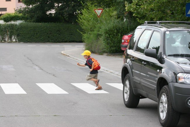 Der Bub überquerte die Straße unmittelbar hinter dem Bus, weswegen er vom Fahrzeuglenker zu spät gesehen wurde.