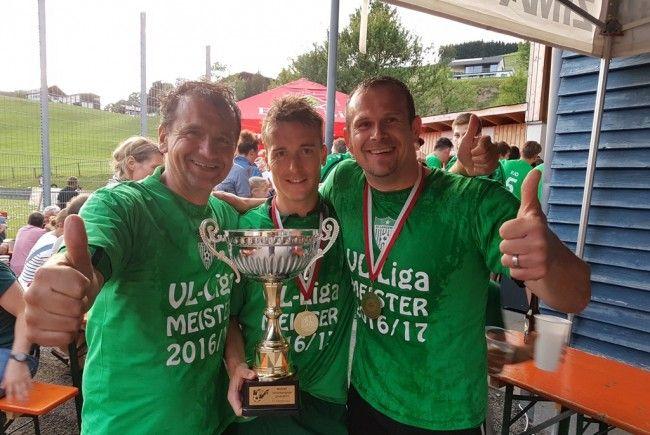 Kapitän Klaus Schwärzler (Mitte) feierte mit dem Trainerteam.