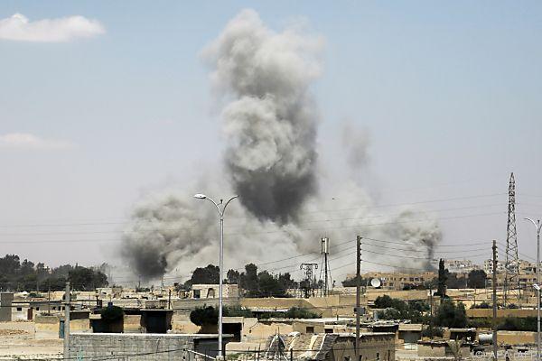 In al-Raqqa wird der IS-Stützpunkt heftig bekämpft