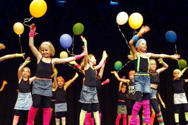 """Ein farbenprächtiges Bild auf die Bühne zauberte die Tanzeinlage zu Nenas Hit """"99 Luftballons""""."""