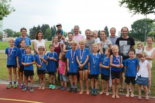 Stolze Leichtathleten mit ihren Eltern bei der Siegerehrung in Lochau