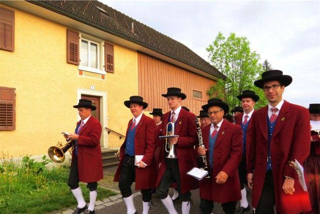 Ständig auf Achse: Traditionell am 1. Mai zogen Mitglieder des MV Nofels durchs Dorf.