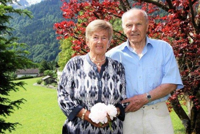 Mit weißen Pfingstrosen zur diamantenen Hochzeit: Das elegante und vitale Paar Gerlinde und Otto Bitschnau