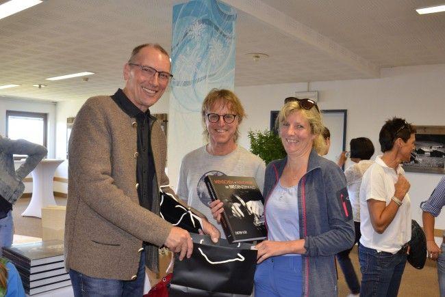 Dieter Ege überreicht abgebildeten Handwerkern erste Exemplare