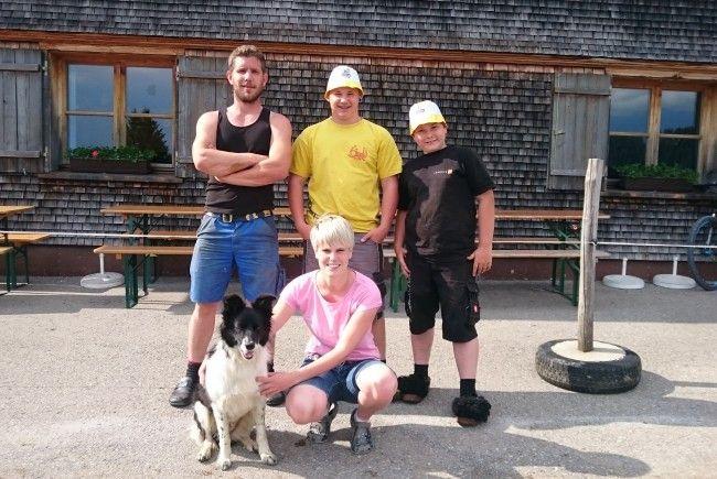 Christof, Rene, Kilian und Verena kümmern sich um die Milchkühe auf den Alpen Maiensäß/Staffel.