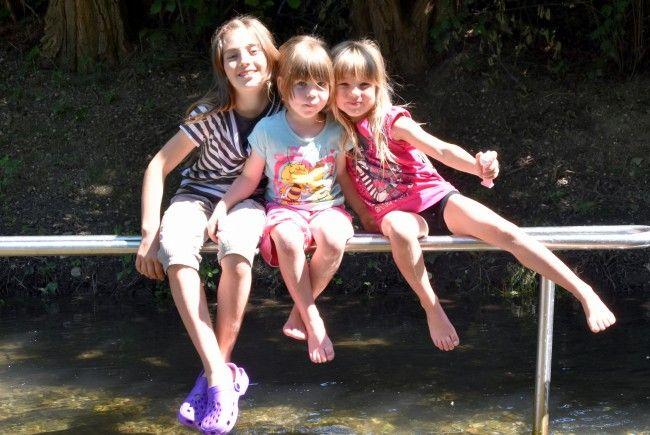 Corinne, Ronja und Melina Staggl sind bei schönem Wetter gerne am Wasser