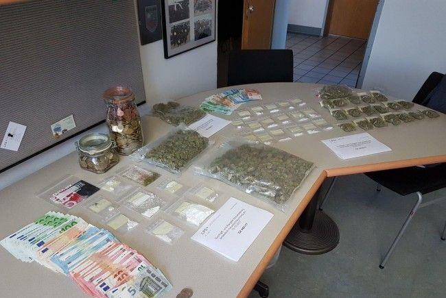 Sichergestellte Drogen und Bargeld nach dem Schlag gegen den Suchtgiftring in Höchst.