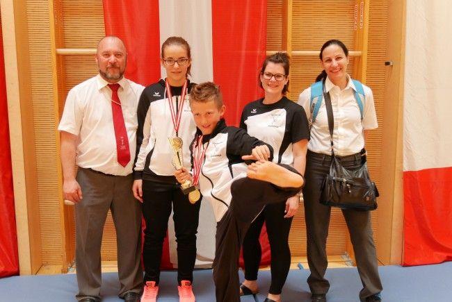 Gruppenfoto Sportler, Coach und Kampfrichter