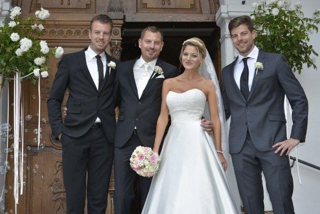 Das Brautpaar, frisch vermählt, mit den Trauzeugen nach der kirchlichen Trauung in Dornbirn-Haselstauden.