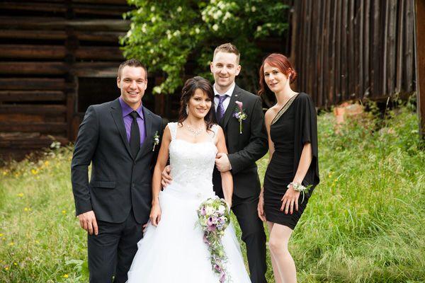Das frisch vermählte Brautpaar mit den Trauzeugen.