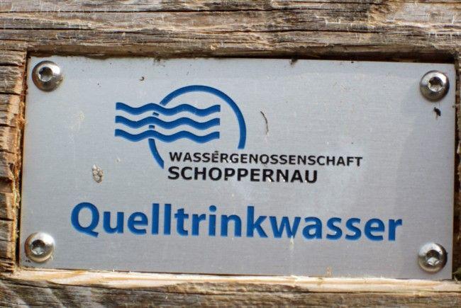 Diese Schilder findet man an jedem öffentlichen Brunnen, welcher vom Netz der Wassergenossenschaft versorgt wird.
