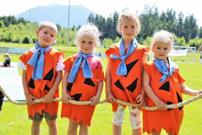 "Florian, Vanessa, Hannah und Paula im ""Bam Bam Feuerstein""- Kostüm."