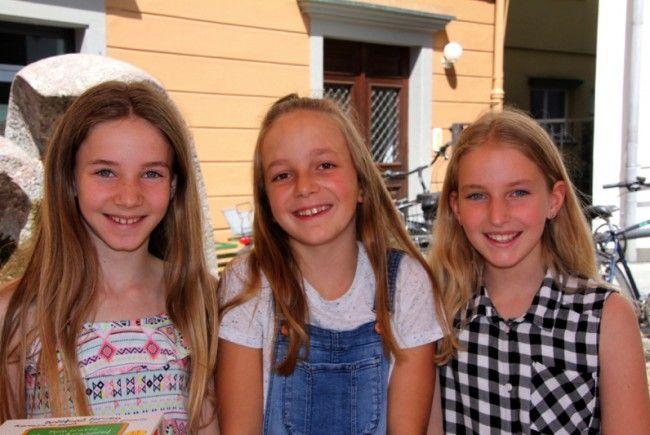 Die drei fröhlichen Mädchen Sophie, Helena und Antonia hatten große Freude beim Verkauf ihrer alten Spielsachen.