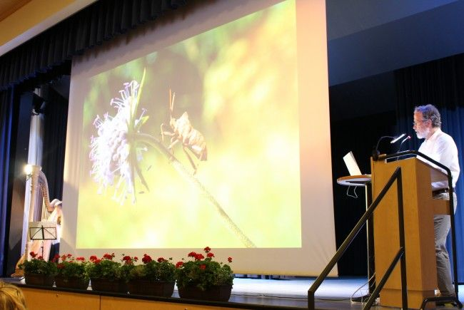 Günter Stadler präsentierte die Naturmonografie im Adalbert-Welte-Saal.