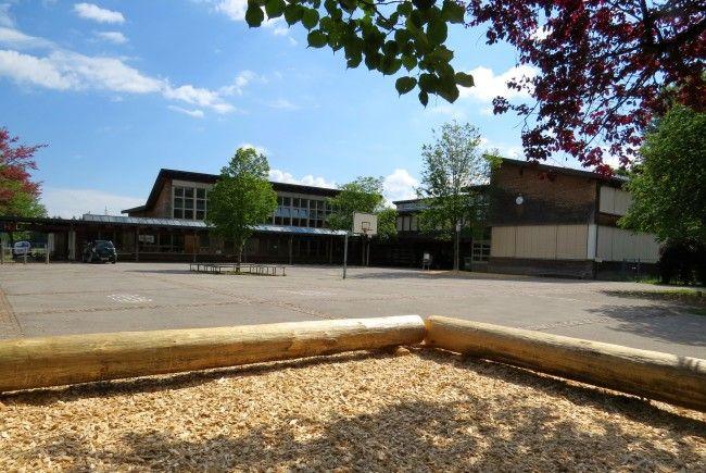 Auch bei Schlechtwetter ein Ort zum Verweilen: Der vor kurzem neugestaltete Pausenhof der VS Nofels durch das Team des Elternvereins.