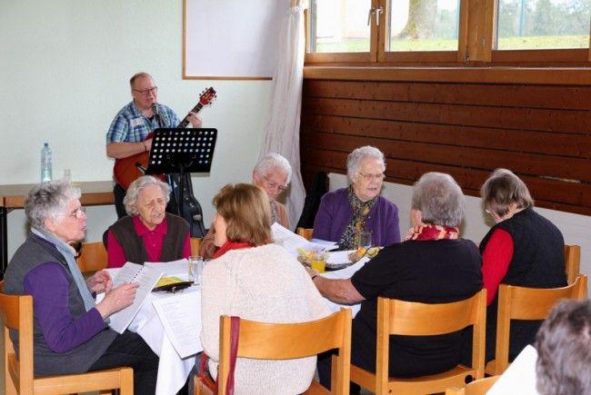 Singen von bekanntem Liedgut gehört für Senioren aus Nofels zu einer beliebten Freizeitbeschäftigung.