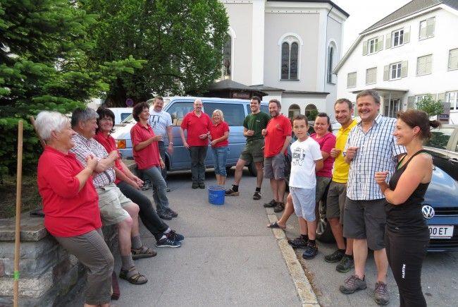 Das Helfer-Team des OGV bei der Grünpflege am Dorfplatz