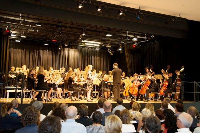 Das Jugendsinfonieorchester auf der Bühne des Dorfmitte-Saales.