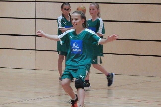 Mädchen und Burschen aus Vorarlberg, Tirol und Salzburg zeigten beim Mini-Handball-Schulcup ihr Können.