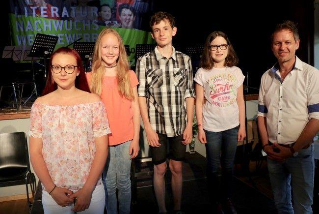 Die jungen AutorInnen lasen aus dem ersten Walgaulesebuch: Fabienne Purkarthofer, Linda Amann, Lukas Loretz, Leonie Mähr mit Büchereleiter Rudi Malin.