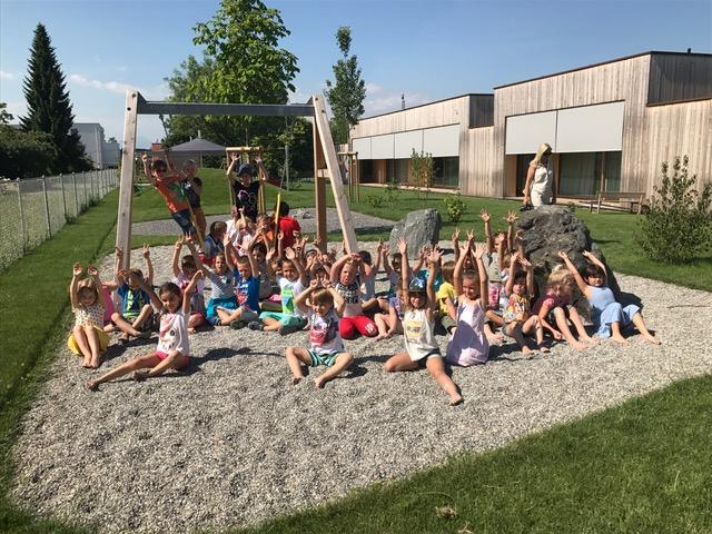 Kinder freuen sich über den neuen Kindergarten