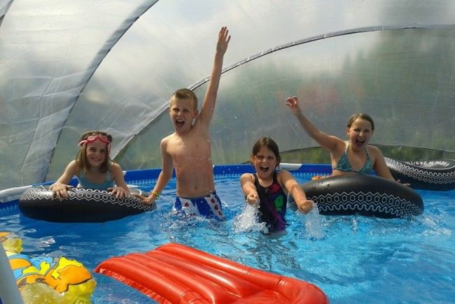 Kleiner Garten als Kinderparadies mit Abenteuerspielplatz, Dschungel & Pooldach!
