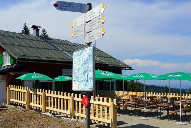 Die Lustenauer Hütte auf dem Klausberg mit neuer Terrasse.