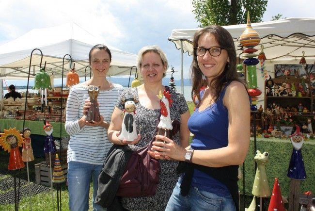 Repräsentatives Kunsthandwerk beim 6. Kunstmarkt auf der herrlichen Uferpromenade am Kaiserstrand in Lochau am Bodensee.