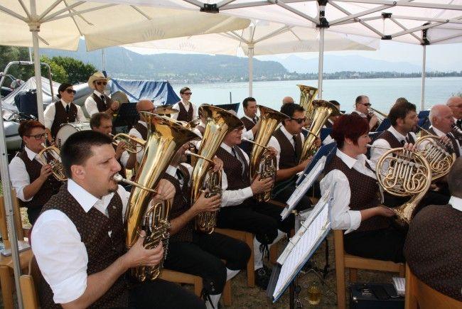 """Ein Frühschoppen am See mit dem Musikverein Lochau im Ambiente der """"Alten Fähre"""" im Lochauer Hafen. Alle Blasmusikfreunde sind dazu herzlich eingeladen."""