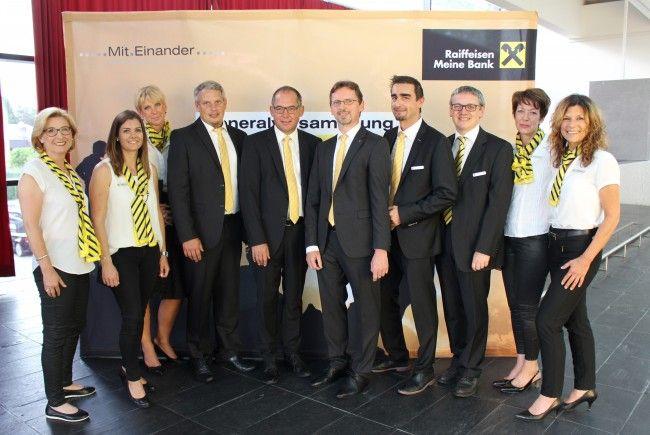 Vorstände, Bankstellenleiter und einige Mitarbeiterinnen auf der Generalversammlung der Raiffeisenbank Leiblachtal.