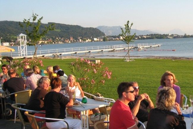 """Terrassen-Zeit für Bodenseefans heißt es am Feiertag beim Brunchen im """"Treff am See"""" im Lochauer Strandbad."""
