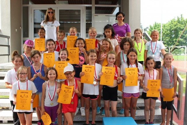 Bei der großen Siegerehrung erhielten alle Schüler Urkunden und Medaillen als Belohnung für ihren tollen Einsatz.