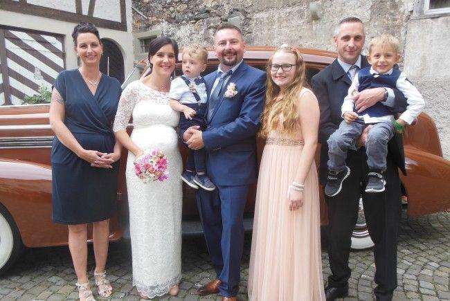 Das glückliche Paar mit Sohn Colin, Markus Tochter Shirin sowie den Trauzeugen mit Sohn Sven.