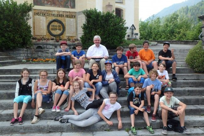Pater Adrian begegnete den 19 Tschaggunser Firmlingen in deren Pfarrgemeinde