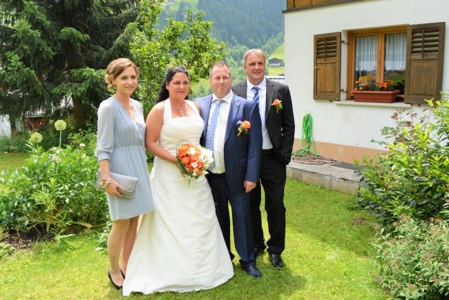 Das frisch vermählte Paar mit seinen Trauzeugen.