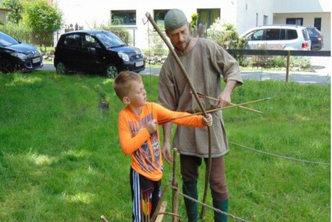 Auch der Umgang mit Pfeil und Bogen kann ausprobiert werden