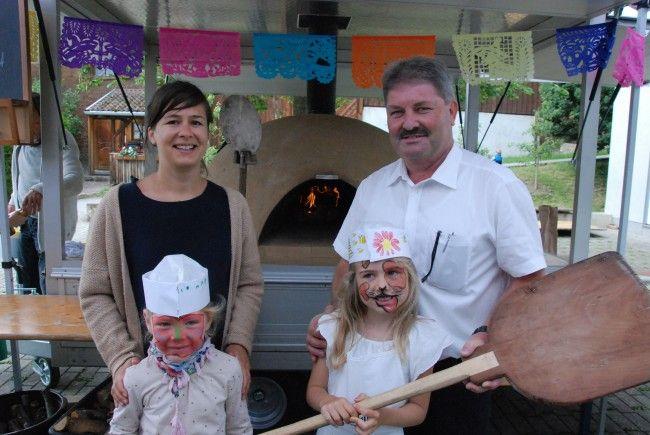 Bgm. Gerold Mähr und Obfrau Ines Hertmann bei der Eröffnung des Brotbackofens