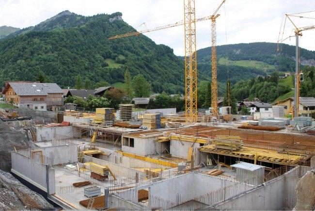 """Bergseitig ist die Baustelle noch metertief unter Straßenniveau, achseitig kommen die Arbeiten """"aus dem Boden heraus""""."""