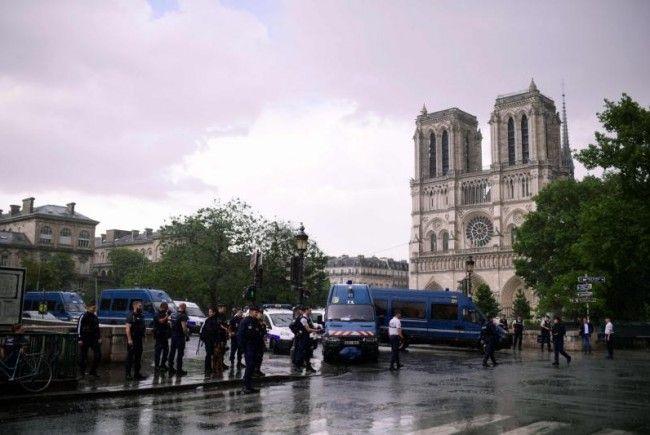 Kriminalität: Polizist schießt bei Notre-Dame auf Angreifer