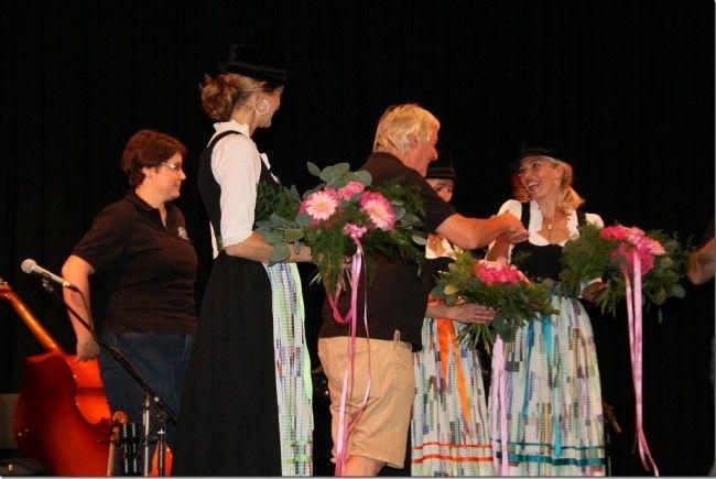 Armin Wille überreichte Gastgeschenke an die Hoameligen aus Tirol