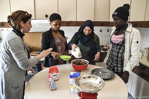 dienstleistungsschecks bringen asylwerber kaum in jobs. Black Bedroom Furniture Sets. Home Design Ideas